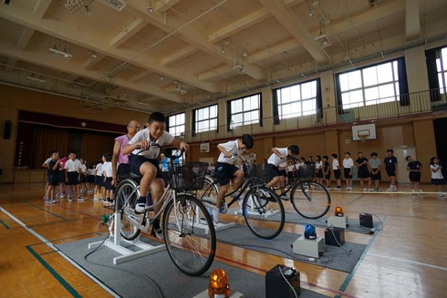 大阪市内小学校の体育館で実施された人力発電体験