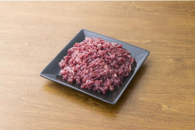 小型犬などにも食べやすい鹿の細引きミンチは従来よりの人気商品です。スープの具材やそぼろ状にしてやりやすい素材です。