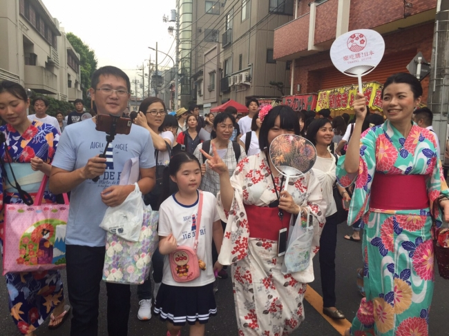 柴又駅から会場に向かう道中では、  有名な建物やお店についてスタッフが解説しながら移動
