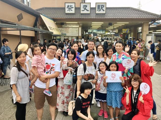 柴又駅前にて撮影した、  ツアー参加者とラーチーゴー!編集スタッフの記念写真