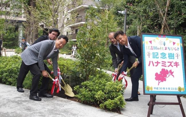 <記念樹(ハナミズキ)の植樹> (左から、渡邊院長、横山副区長、田中本部長、篠崎本部長)