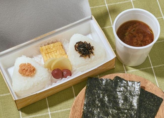 おにぎり弁当(赤だし付) 594円(税込)