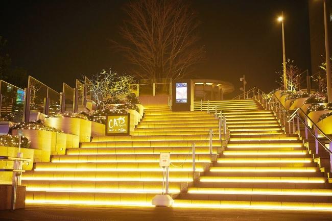 日比谷ステップ広場 キャッツ仕様階段点灯の様子