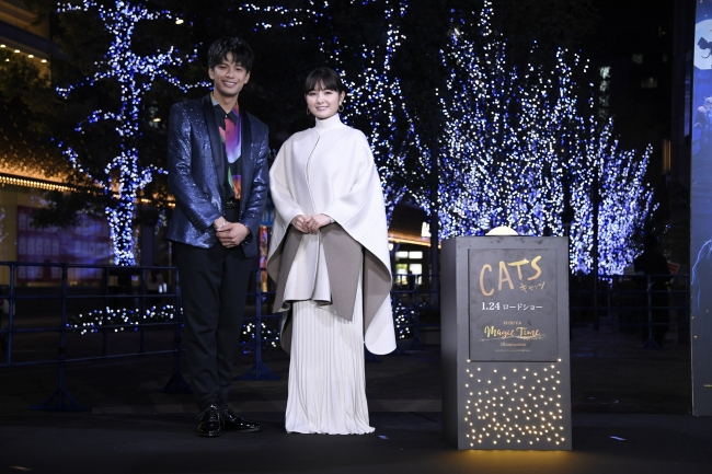 点灯式での森崎ウィンさん(左)葵わかなさん(右)