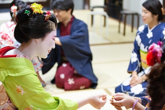 千社札(せんじゃふだ):舞妓さんから直接もらわないと手に入らない舞妓さんの名刺のようなものです