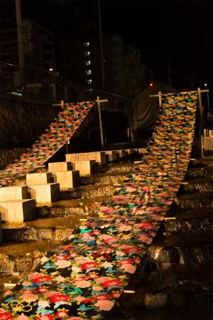 堀川の水面には光の友禅流しが浮かび上がります。 京都の伝統的な文化の美しさに心を奪われます。