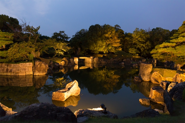 世界遺産「二条城」が光に浮かび上がります。 ライトアップされた特別名勝「二之丸庭園」や重要文化財「二之丸御殿唐門」「東大手門」が 幻想的な光景に包まれます。