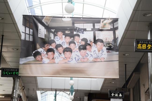 「坊っちゃんたち」 アーティスト:梅 佳代 道後商店街内
