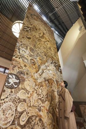 椿の湯入口の巨大アート