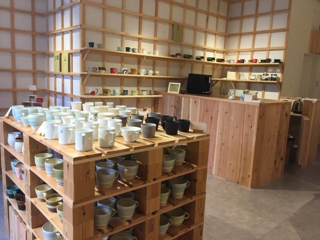 約300種類のカップを販売する売り場にカフェを併設