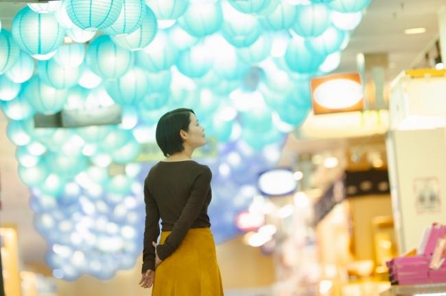 水族館の入場券売り場から、夫婦岩の入り口まで続く館内の通路は、夫婦をイメージした大小の組み合わせの提灯が飾られています。