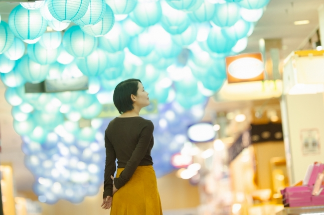 △水族館の入場券売り場から、夫婦岩の入り口まで続く館内の通路は、夫婦をイメージした大小の組み合わせの提灯が飾られています。