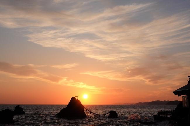 △日本を代表する景勝地として江戸時代以前から親しまれてきた伊勢・二見。写真は今年の夏至の日のご来光の様子。