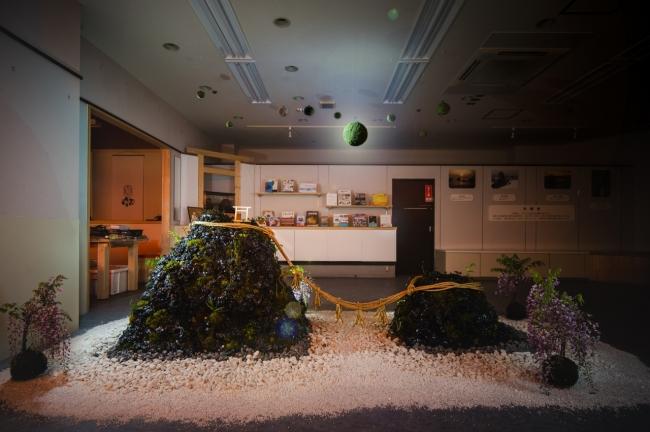 伊勢苔玉作家奥野知子さんの作品で恋愛の象徴である夫婦岩を伊勢の苔を使用して表現している