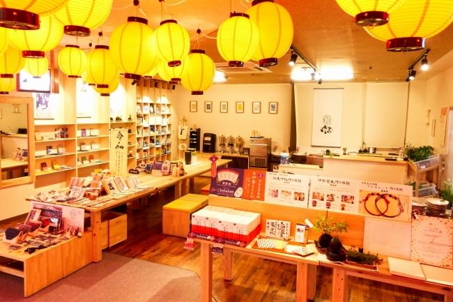 伊勢ならではの体験を気軽に楽しめるカフェ。店主おすすめの書籍や伊勢木綿の和雑貨も取り扱っている。