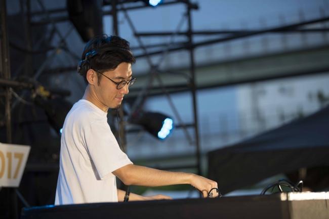 曲のアレンジを担当した神戸市出身・在住のトラックメイカー/DJ:tofubeats