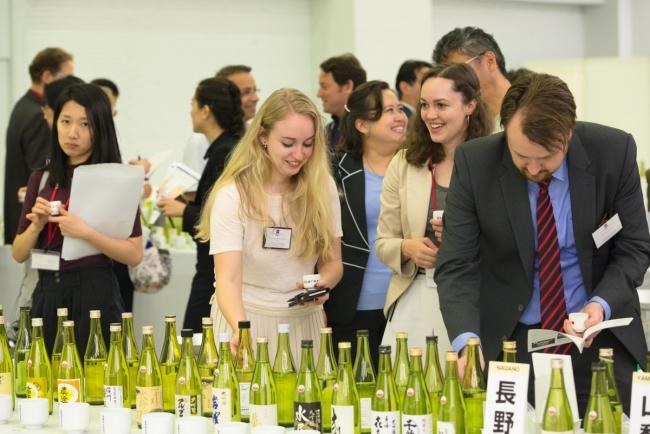 日本酒を楽しむ外国人招待者たち