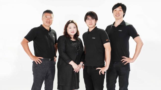 写真左より、代表取締役 CFO 兼 CIO小泉泰郎、社外取締役 岡島悦子、代表取締役 CTO 南野充則、代表取締役 CEO溝口勇児
