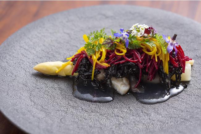 白アスパラガスと貝類を使った3種の味を染み込ませたビーフンのソース仕立て