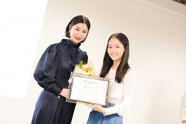 ハヤカワ五味さんと特別賞を受賞した金愛那さん