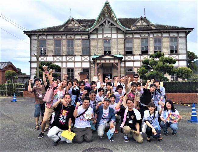 聖地・唐津市歴史民俗資料館で撮影する「ゾンビィ」ファン