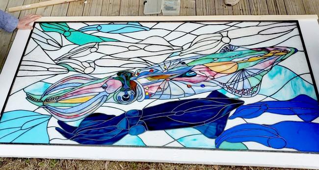 イカ画家・宮内裕賀氏デザインによる、ステンドグラスのオブジェ