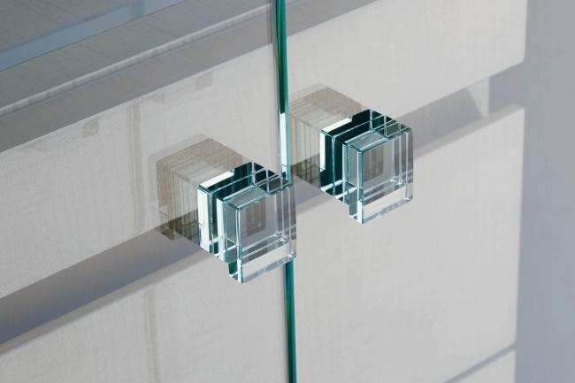光の屈折が美しい積層ガラスの取っ手