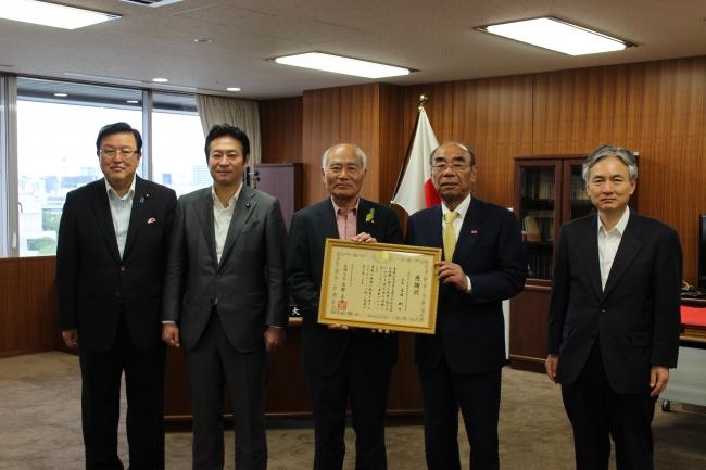 写真左から、長坂康正政務官、あきもと司副大臣、吉野正芳復興大臣、吉田剛全優石会長、関博之事務次官