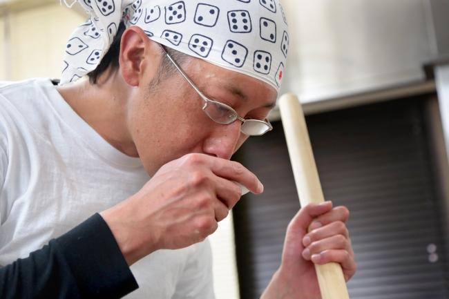 レシピ開発に3年かけたという店主の吉井涼さん