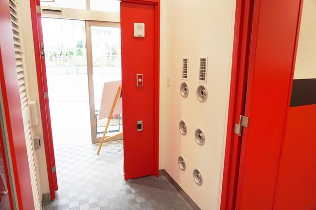施設入口に設置したエアーシャワー室