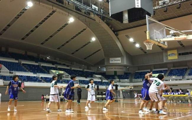 バスケットボール大会を応援しています。