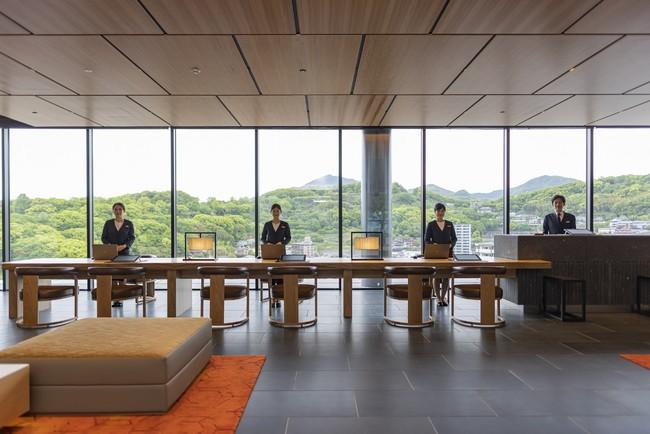 雄大な熊本の景色をバックにしたフロントカウンター