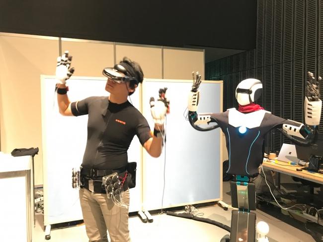オペレータとロボットが同期して動く様子