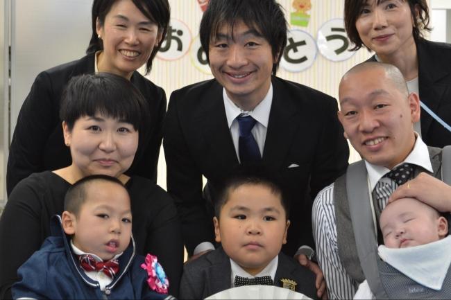 代表駒崎と卒園児とそのご家族