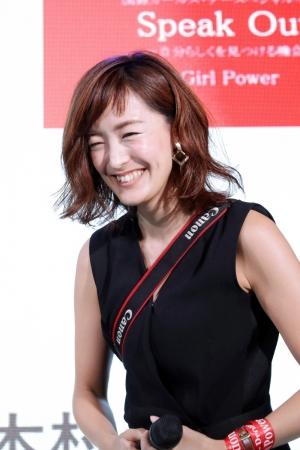 「綺麗に撮られる3つの秘訣」というフォトセッション企画を飾った、  笑顔がチャーミングなフォトグラファーの木村咲氏。