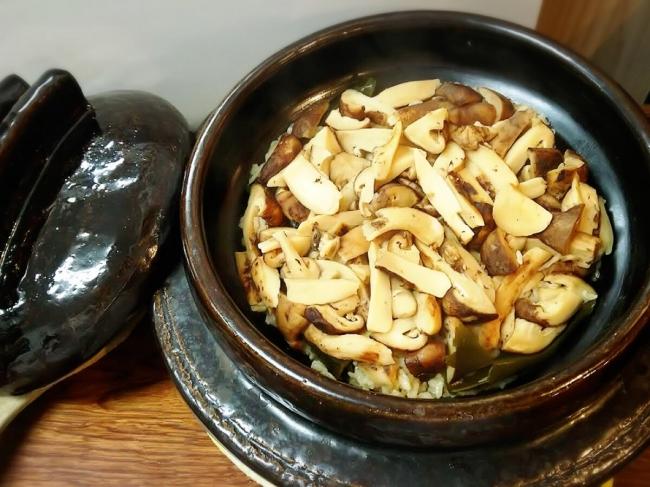 信楽焼の釜で炊いた近江米の松茸ご飯