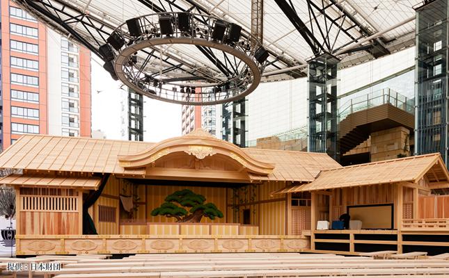 本格的なヒノキ造りの組立舞台