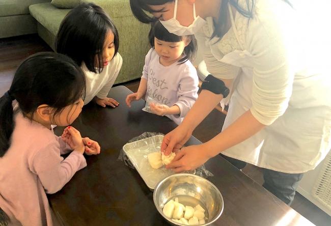 シェフと一緒におせち作りを楽しむ子供たち