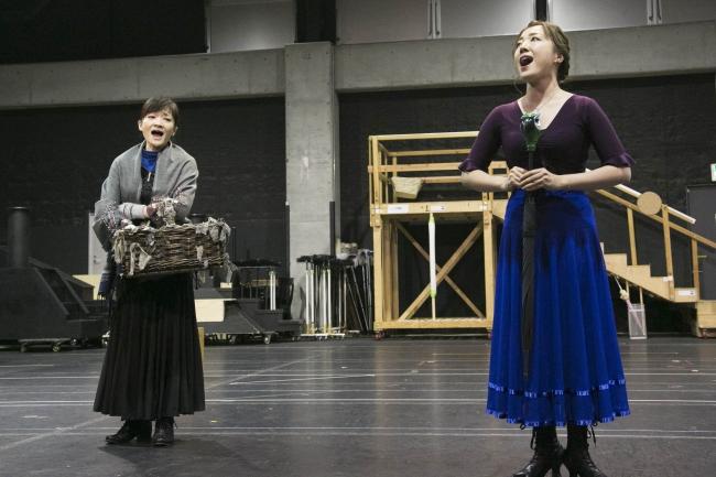 左から バードウーマン役:島田歌穂 メリー役:平原綾香
