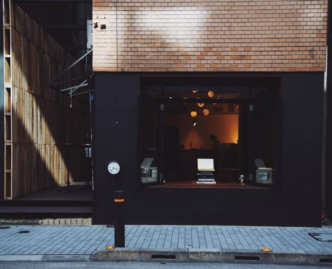正面には中と外をつなぐ大きく開放的な窓