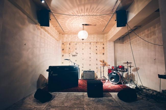 本格的なサウンドシステムを導入した地下階。  ライブバンドやDJの演奏にも対応