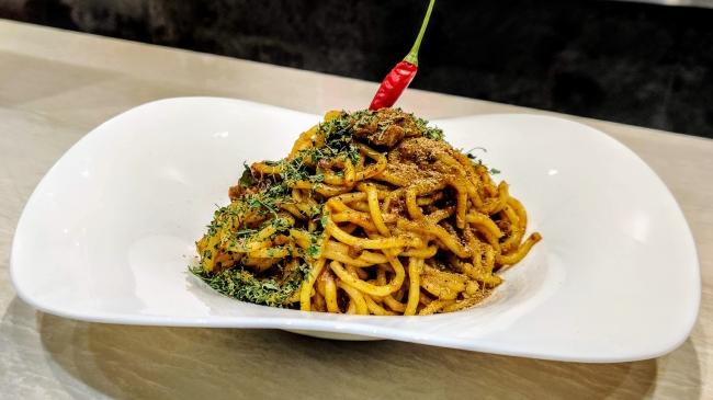 コシのあるBIGOLI極太麺に、芳醇なカリガリのスパイスカレーが病みつきに!辛さが足りない方は唐辛子をかじって!