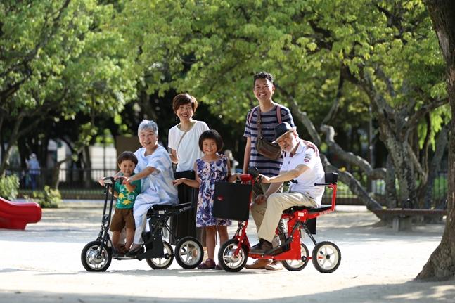 [Di Blasi R30]は旅行に最適な「折りたたみ電動カート」ご家族一緒のお出かけで、みんなの笑顔が広がります