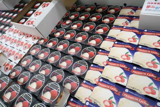「宮崎県産完熟ライチアイス」(398円) パッケージは全5種類。うち写真にある3種類は 宮崎学園高校の高校生がデザイン。