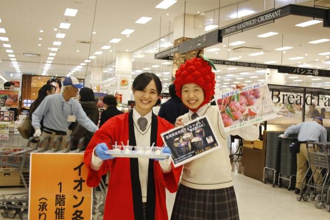 宮崎学園高校生が店頭に立って販売も行いました。