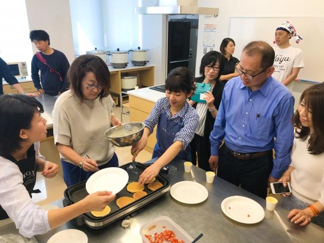 4月21日(日)に開催したイベントでは、九州パンケーキの試食を実施。講師と参加者がパンケーキや特製スープを味わいながら、幸せと食との関係について語り合いました。