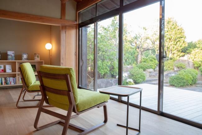 日本庭園を望むテラス。庭園からはのどかなお茶畑の風景が眺められるなど、地域全体が宿の機能になっています。