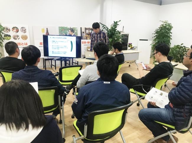 町の若手農家7名や農業ベンチャーらが月1回集まり、  圃場データを通じた知見の共有を行なっている「儲かる農業研究会」の様子。