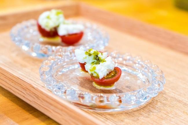 6月29日(土)「新富ガストロノミー」で提供予定の新富トマトとカッテージチーズ。