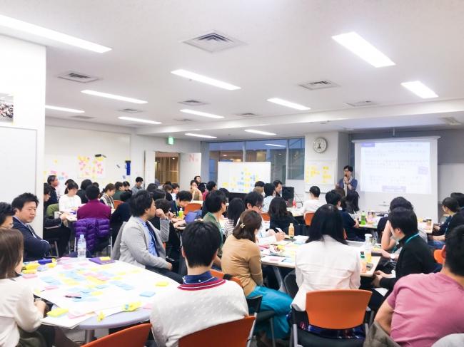 慶應大学大学院SDMの講義の様子。経営者らも含む多彩なキャリアの人材がデザイン思考を学んでいます。